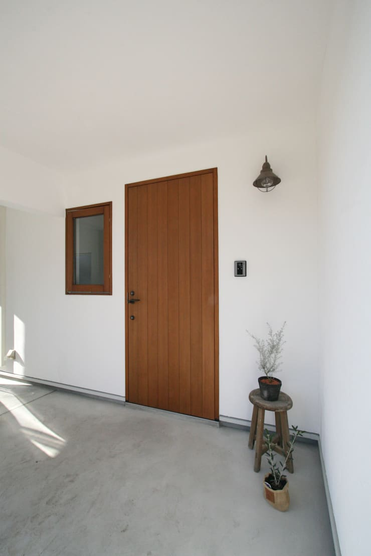 真っ白漆喰塗の家~玄関~: KanonStylehome! 野末建築が手掛けた窓です。