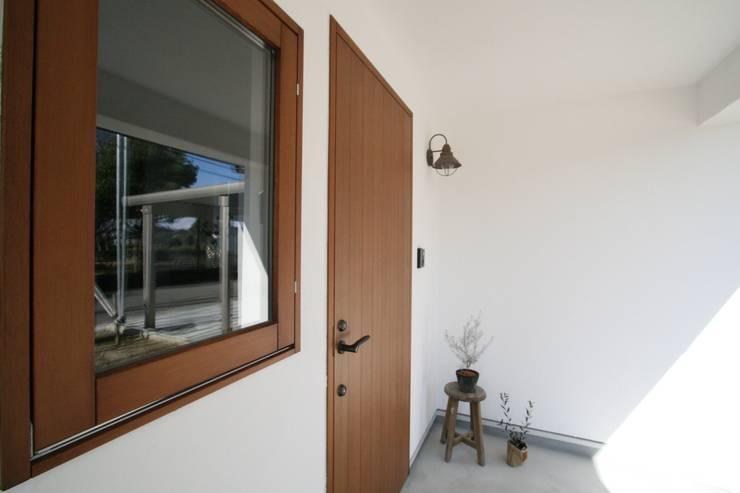 玄関ドア: KanonStylehome! 野末建築が手掛けた窓です。