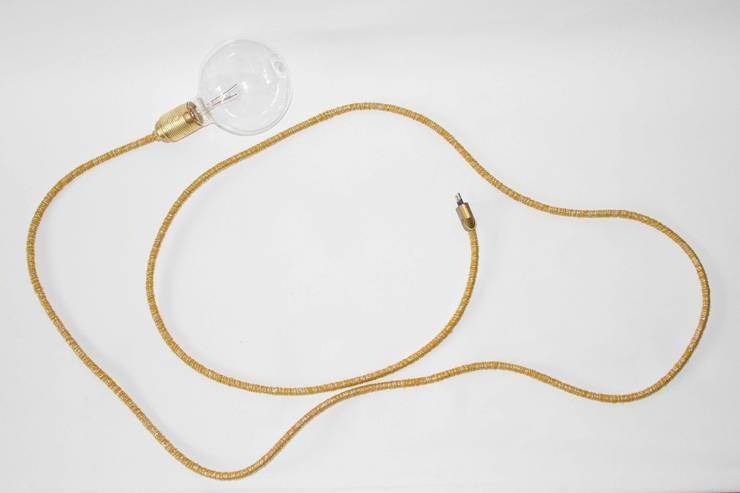 Lámpara cordón dorado vintage: Comedor de estilo  de NORTH SWEET