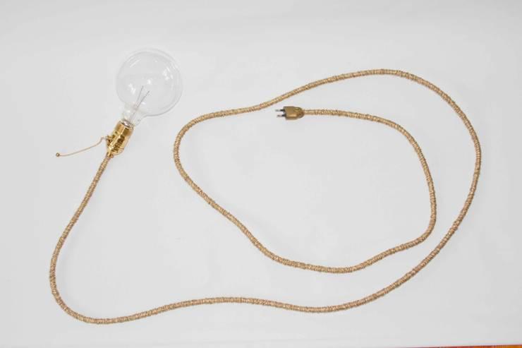 Lámpara vintage de cordón dorado: Comedor de estilo  de NORTH SWEET