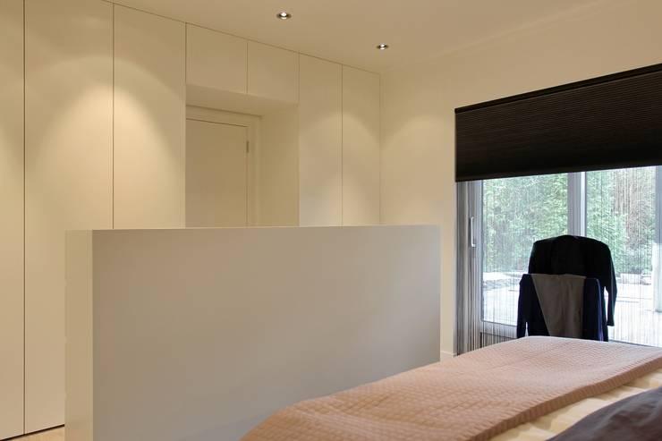 inloopkast:  Slaapkamer door Leonardus interieurarchitect