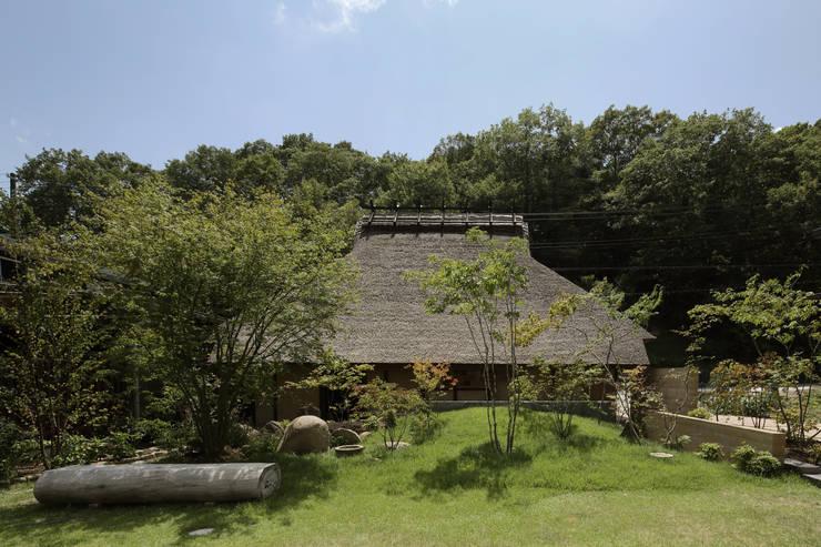 Jardines de estilo asiático por 和泉屋勘兵衛建築デザイン室