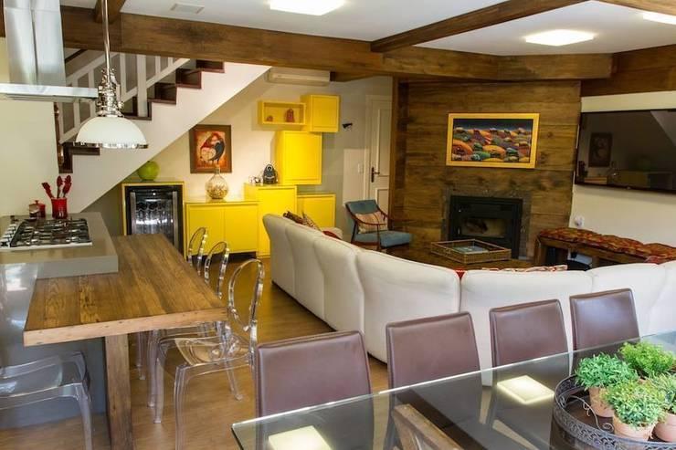 Casa: Salas de estar  por Mauricio Tarrago /Claudio Gros Arquitetura