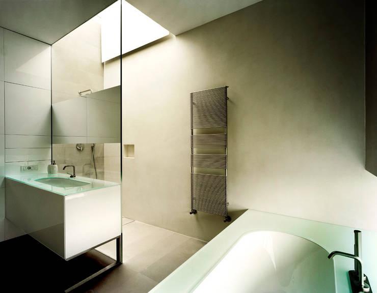 casa CMG: Bagno in stile in stile Moderno di Massimo Zanelli architetto