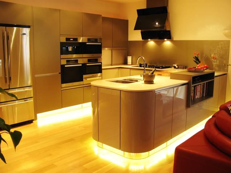 SMOKE/FANGO:  Kitchen by Schmidt Wimbledon