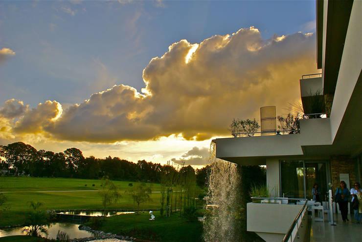 La casa que canta: Jardines de estilo moderno por VACCAREZZA Y TENESINI S.A.