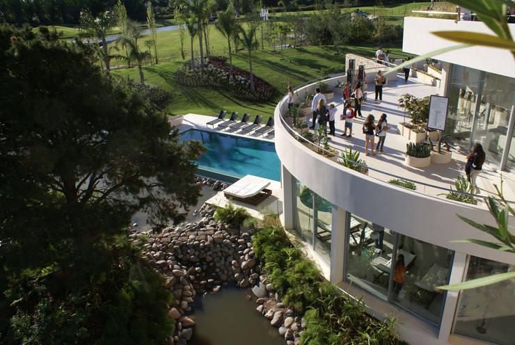 La casa que canta: Casas de estilo  por VACCAREZZA Y TENESINI S.A.