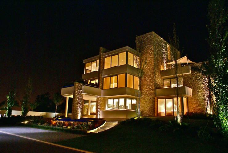 La casa que canta: Casas de estilo moderno por VACCAREZZA Y TENESINI S.A.