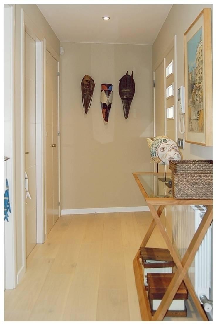 Beige: Pasillos y vestíbulos de estilo  de Cardellach Interior & Events