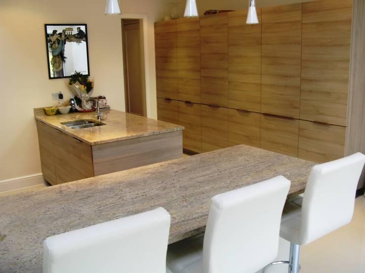 STONE OAK :  Kitchen by Schmidt Wimbledon