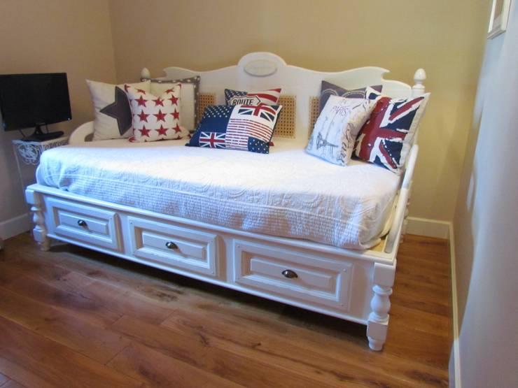 Progetto di una villa: arredo su misura elegante e moderno: Camera da letto in stile in stile Moderno di Garden House Lazzerini