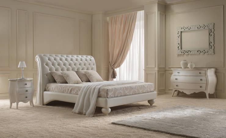 Letto in pelle con testata in capitonné: Camera da letto in stile  di VIS arredamenti