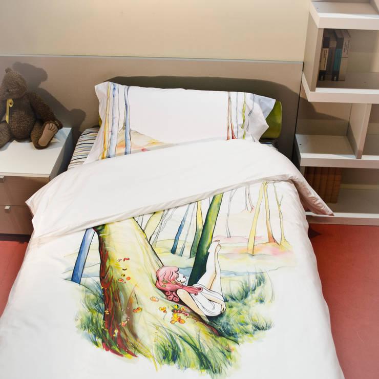Non svegliate Désirée: Camera da letto in stile  di SARA || Art Between The Sheets
