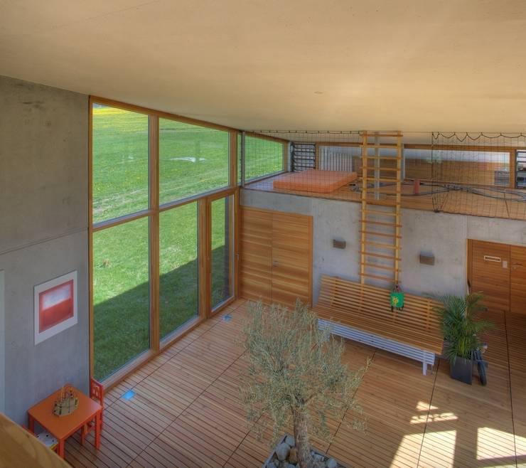 Atrium mit Kletterstange, Spielbereich und Saunazugang:  Spa von kleboth lindinger dollnig