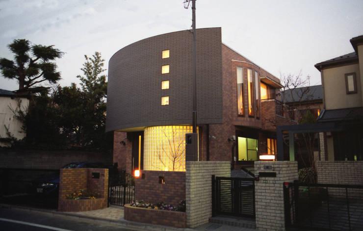 Mt-house 夕景: 有限会社デザインシステム新田建築事務所が手掛けた家です。