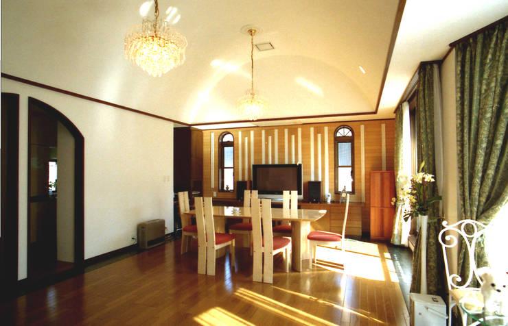Mt-house  居間: 有限会社デザインシステム新田建築事務所が手掛けた和室です。