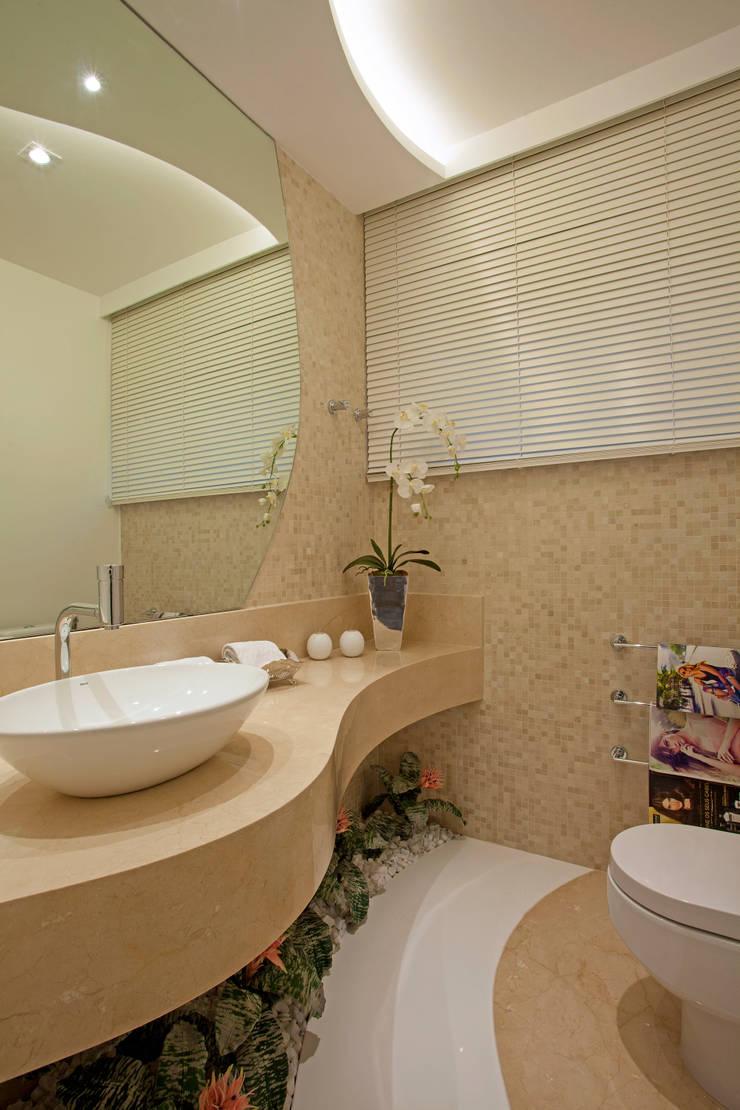 Retrofit Casa Swiss Park Campinas: Banheiros  por Designer de Interiores e Paisagista Iara Kílaris