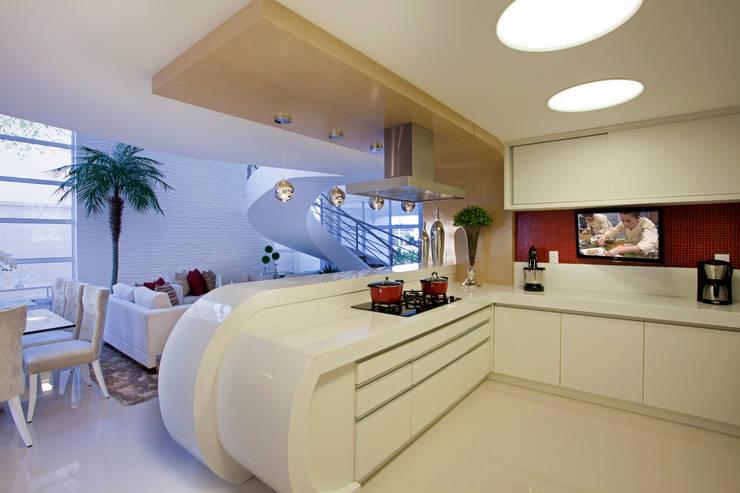 Cozinhas  por Designer de Interiores e Paisagista Iara Kílaris