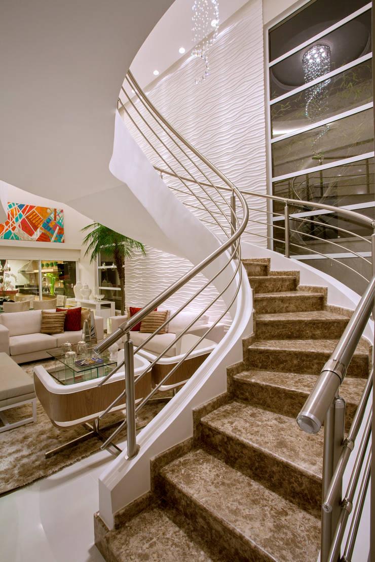 Hành lang by Designer de Interiores e Paisagista Iara Kílaris
