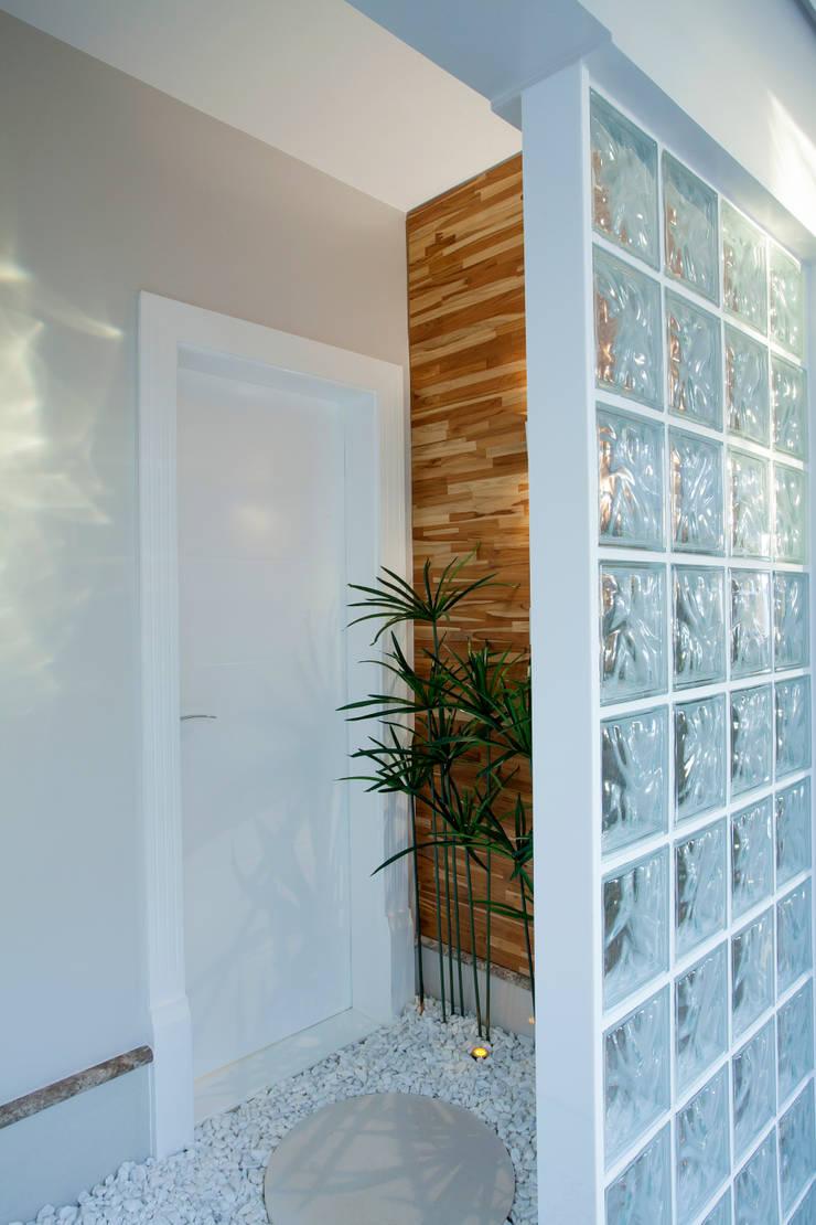 Retrofit Casa Swiss Park Campinas: Corredores e halls de entrada  por Designer de Interiores e Paisagista Iara Kílaris