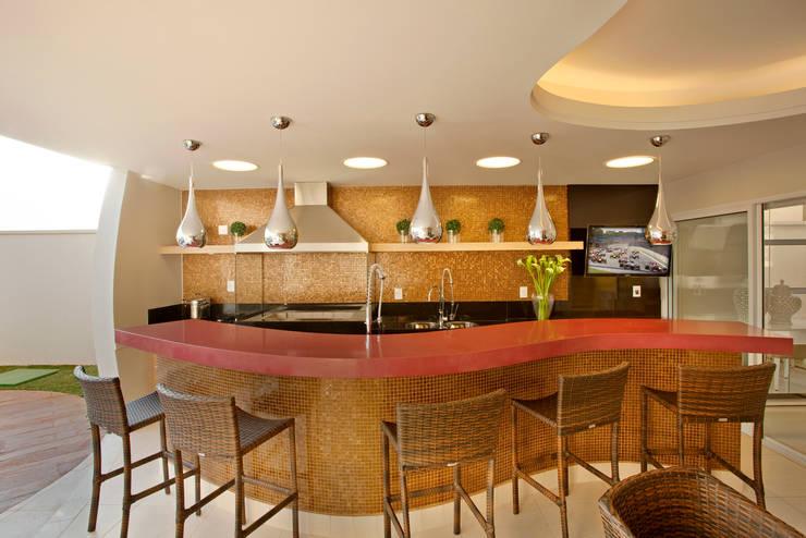 Piscinas modernas por Designer de Interiores e Paisagista Iara Kílaris