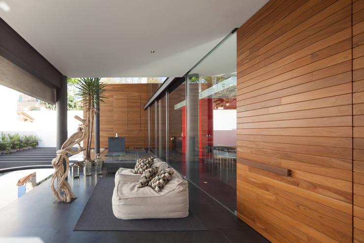 Balcones, porches y terrazas de estilo  por Echauri Morales Arquitectos
