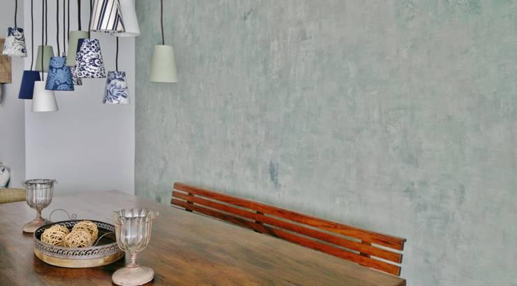 APARTAMENTO NA PRAIA – GUARUJÁ /SAO PAULO: Salas de jantar  por Kika Prata Arquitetura e Interiores.