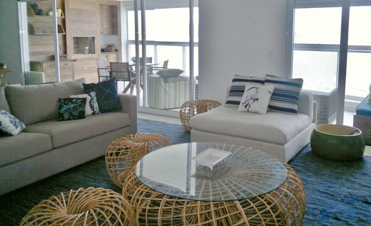 APARTAMENTO NA PRAIA – GUARUJÁ /SAO PAULO: Sala de estar  por Kika Prata Arquitetura e Interiores.