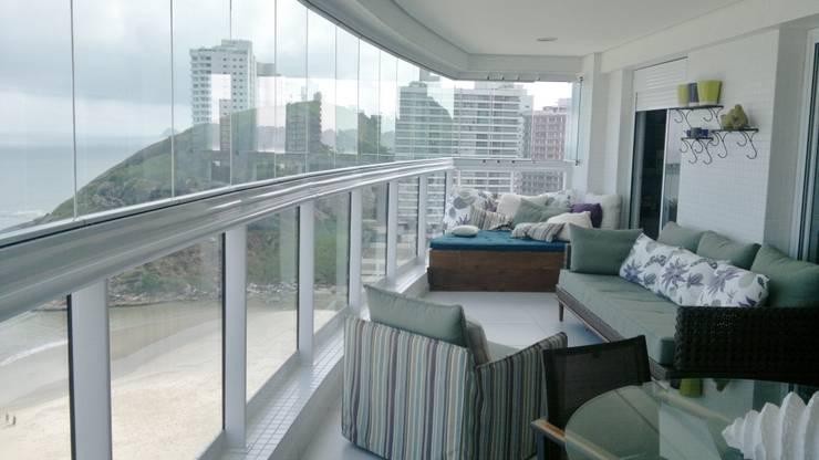 APARTAMENTO NA PRAIA – GUARUJÁ /SAO PAULO: Terraços  por Kika Prata Arquitetura e Interiores.