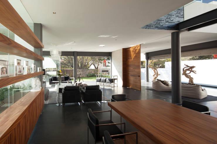 Sala da pranzo in stile  di Echauri Morales Arquitectos