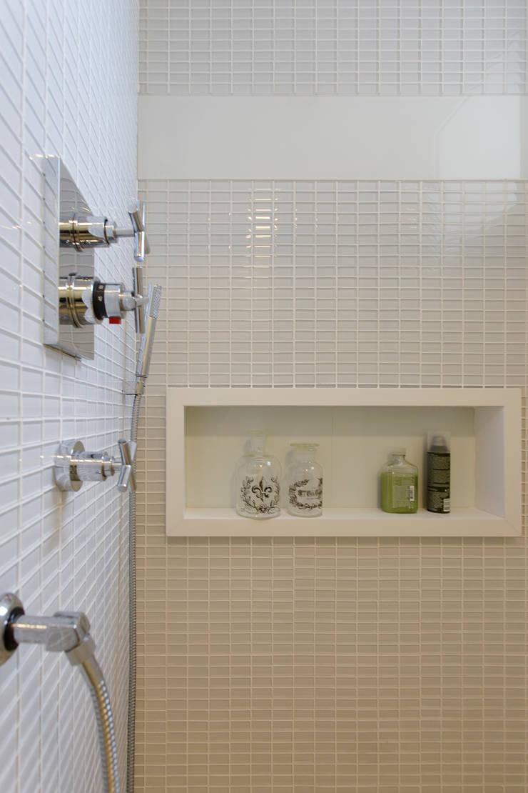 TOWER BRIDGE: Banheiros  por Barbara Dundes   ARQ + DESIGN