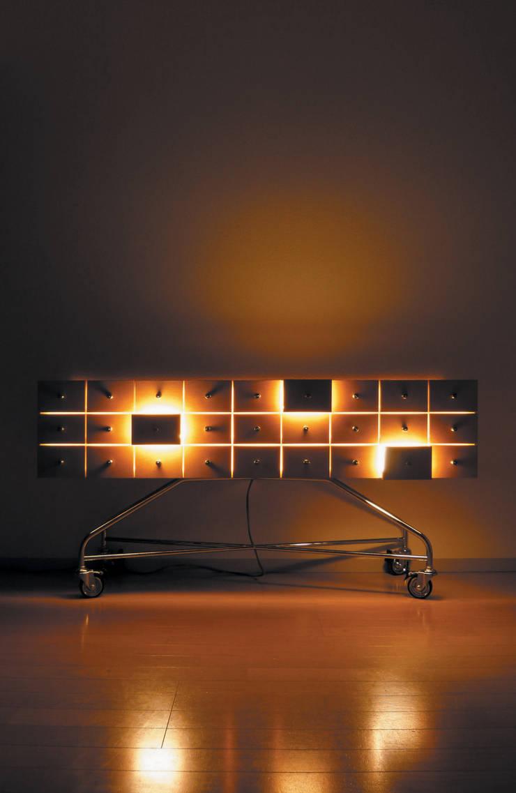 光のひきだし: Shinobu Koizumi Design Officeが手掛けたリビングルームです。