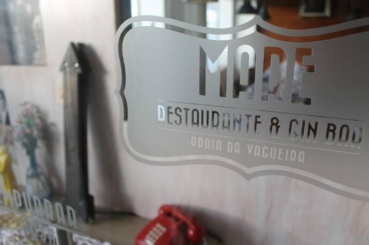Exposição Maré & Gin - Vagueira/Aveiro/Portugal: Sala de estar  por REPA