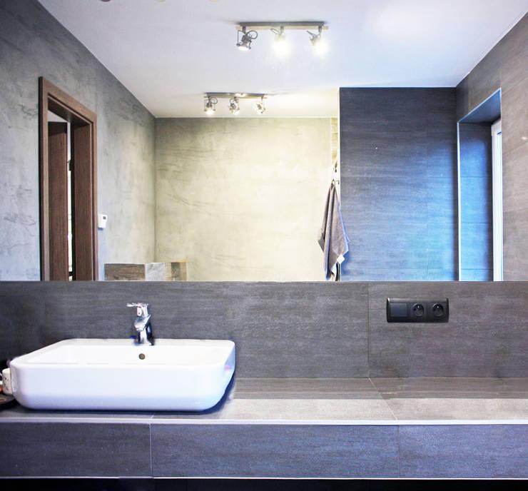 Projekt Wnętrza:  Mieszkanie w dawnym zabrzańskim familoku.: styl , w kategorii Łazienka zaprojektowany przez Akuratnie