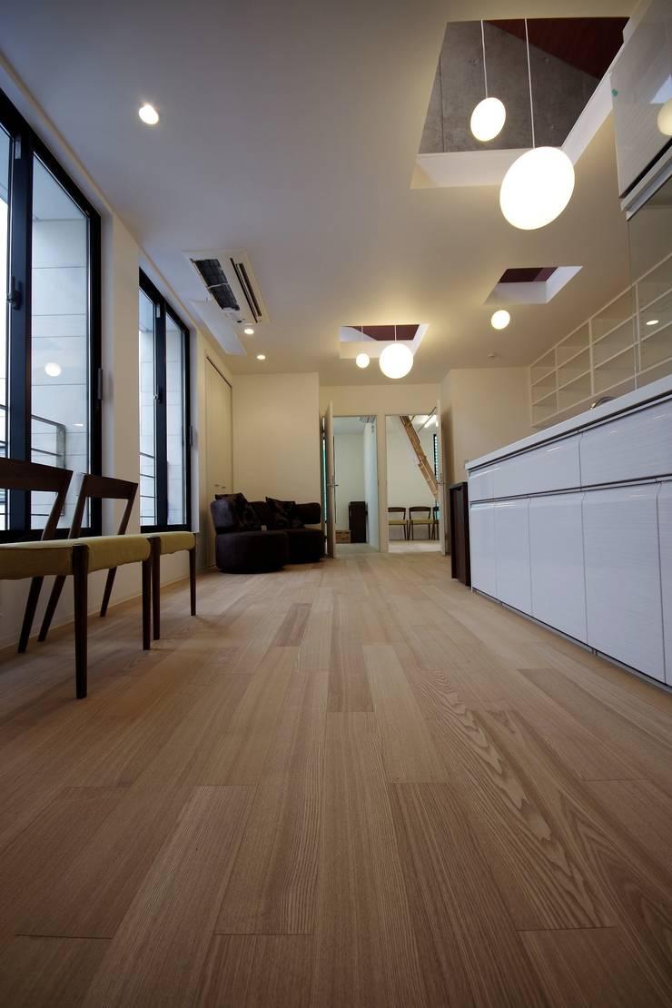 Le fraisier: ディーフォーエム建築設計事務所/D4m architect officeが手掛けた壁&床です。