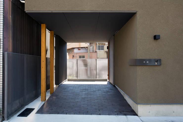 アプローチ:  井上久実設計室が手掛けた廊下 & 玄関です。