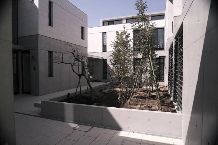 Le fraisier: ディーフォーエム建築設計事務所/D4m architect officeが手掛けた庭です。