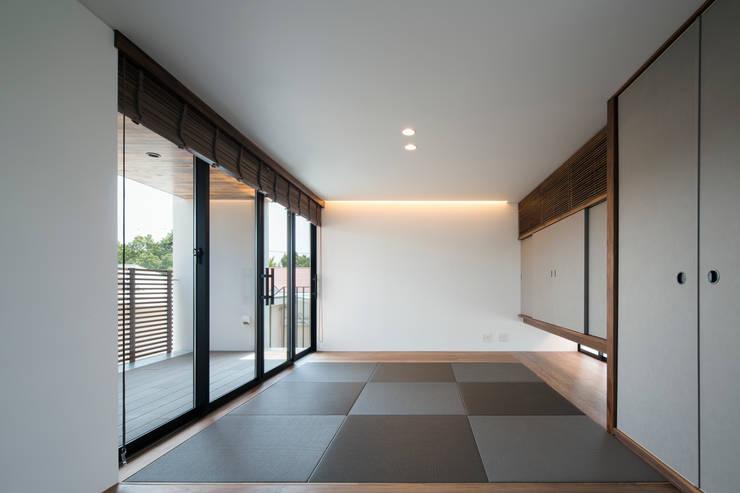Salas multimedias de estilo  por  井上久実設計室,