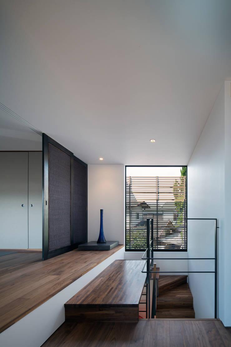 Pasillos y hall de entrada de estilo  por  井上久実設計室,