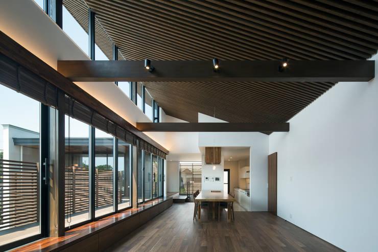 Living room by  井上久実設計室,