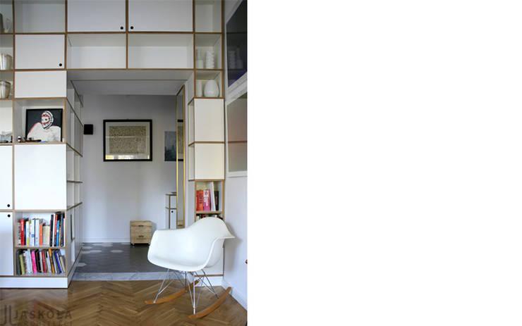 przy parku: styl , w kategorii Salon zaprojektowany przez JJJASKOLA ARCHITEKCI