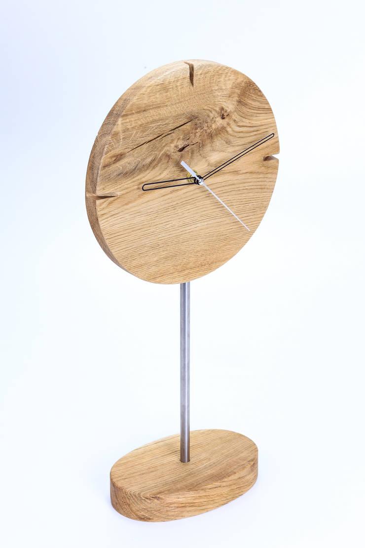 """Zegar z dębu szczotkowanego i olejowanego """"IO"""": styl , w kategorii Domowe biuro i gabinet zaprojektowany przez Meble Autorskie Jurkowski"""