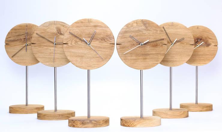 """Zegar z dębu szczotkowanego i olejowanego """"IO"""": styl , w kategorii Jadalnia zaprojektowany przez Meble Autorskie Jurkowski"""