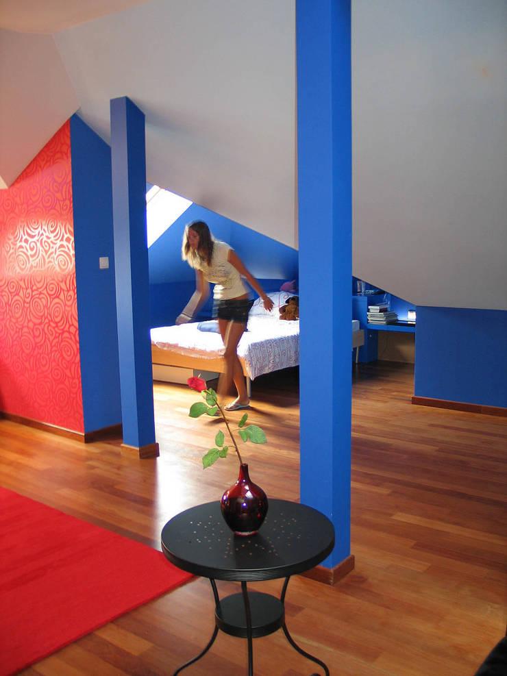 """""""Loft"""" de una adolescente: Dormitorios de estilo  de Agami Design"""