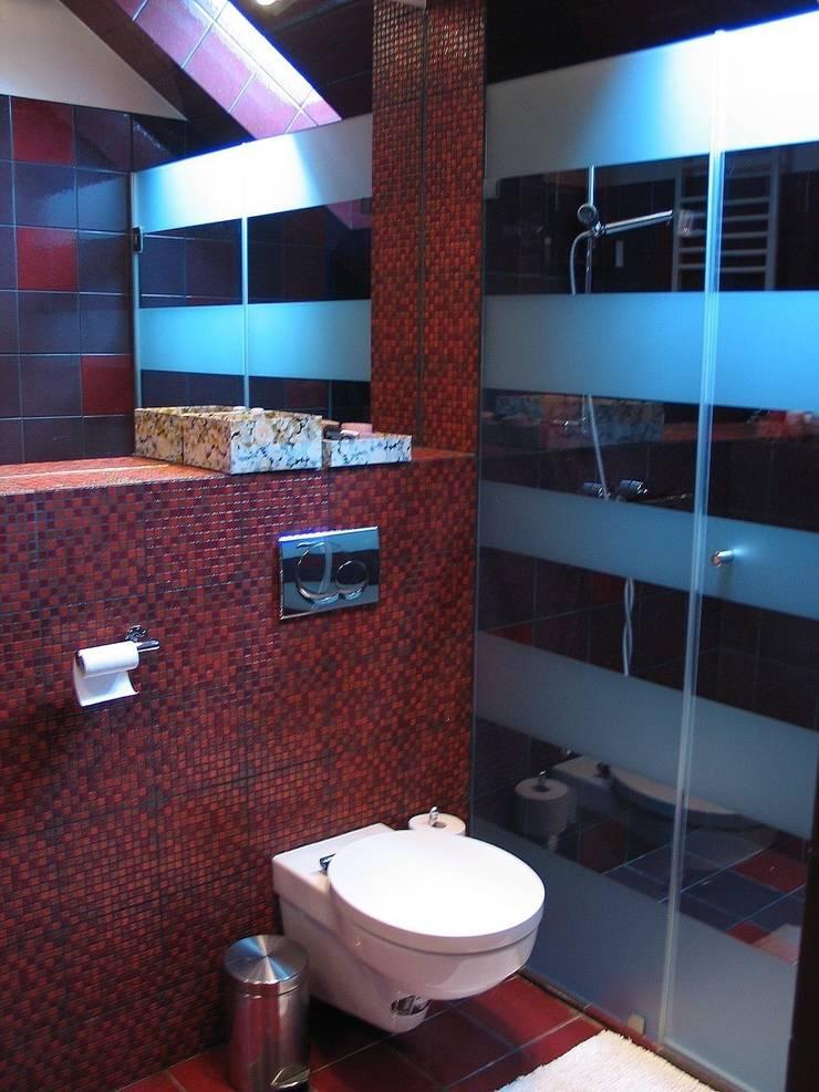 """""""Loft"""" de una adolescente: Baños de estilo  de Agami Design"""