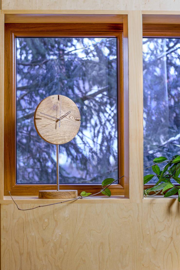 """Zegar z dębu szczotkowanego i olejowanego """"IO"""": styl , w kategorii Korytarz, hol i schody zaprojektowany przez Meble Autorskie Jurkowski"""