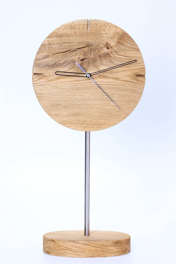 """Zegar z dębu szczotkowanego i olejowanego """"IO"""": styl , w kategorii Salon zaprojektowany przez Meble Autorskie Jurkowski"""