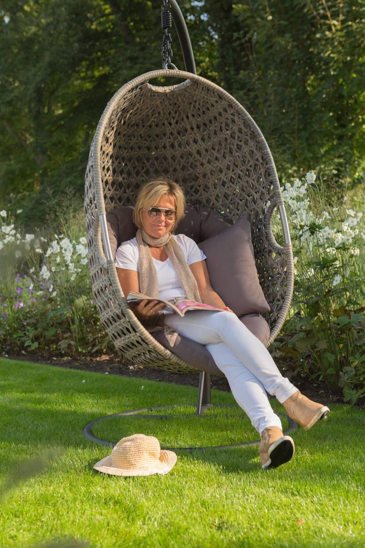 Relaxed loungen in de tuinmeubelen van Kees Smit Tuinmeubelen :  Tuin door Kees Smit Tuinmeubelen