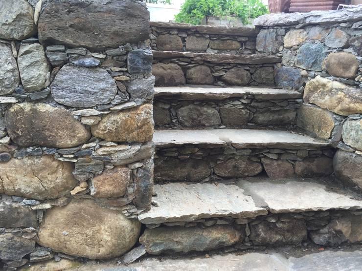 Scale e muretti in pietra: Giardino in stile  di suingiardino