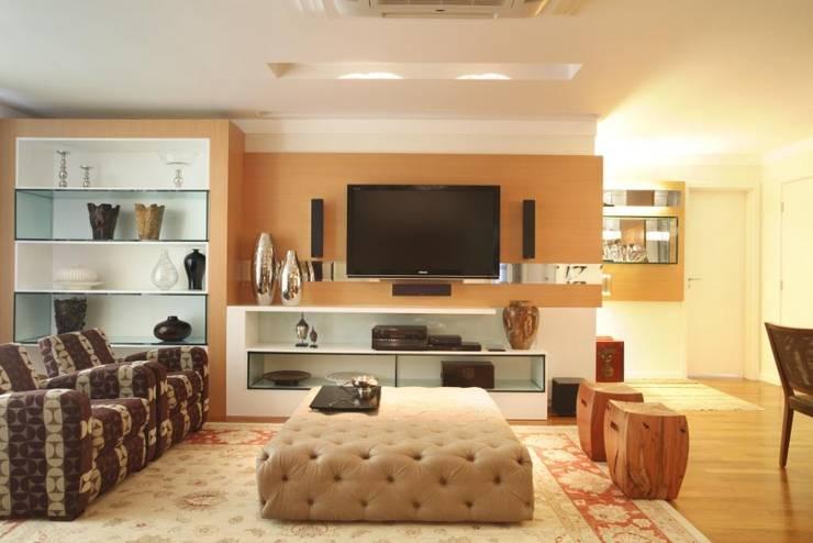 Apartamento Barra da Tijuca: Salas de estar  por Cris Moura Arquitetura